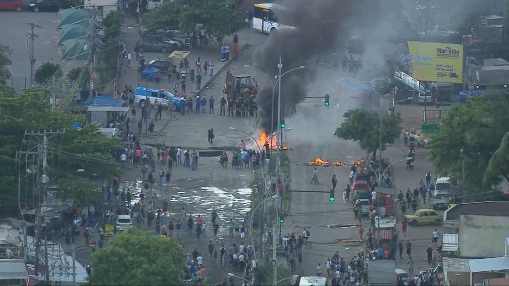 Moradores e comerciantes incendiaram barricadas em Rio das Pedras, na Zona Oeste do Rio — Foto: Reprodução/TV Globo