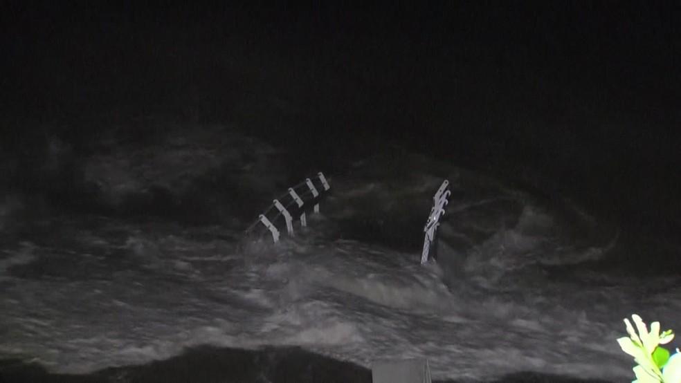 Pedaço da ciclovia Tim Maia no mar de São Conrado — Foto: Reprodução/ TV Globo