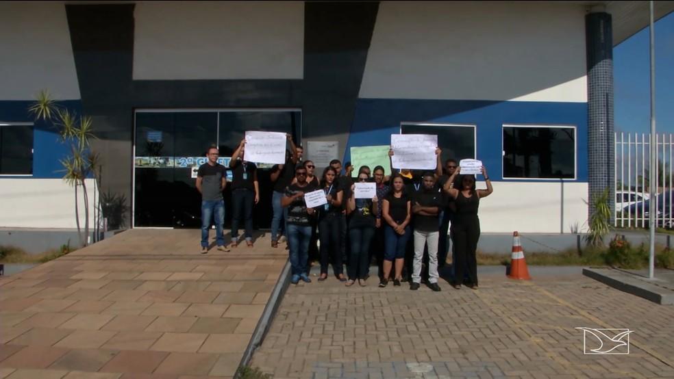 Funcionários da Ciretrans protestam em frente a sede do município de Caxias (MA) — Foto: Reprodução/TV Mirante
