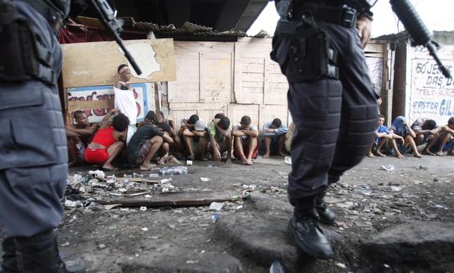 Jovens enfileirados: operação no Jacarezinho apreendeu 47 crianças e adolescentes