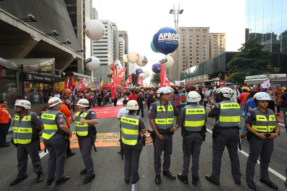 SÃO PAULO, 16:55: Polícia Militar acompanha protesto contra a reforma da Previdência na Avenida Paulista — Foto: Celso Tavares/G1