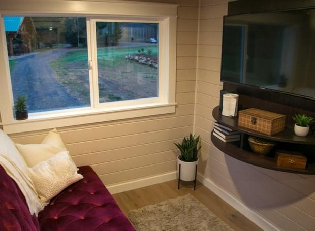 Uma pequena sala de televisão fica no canto da casa (Foto: Inhabitat/ Reprodução)