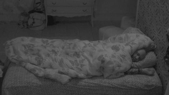 Caruso segue acordado e fica inquieto deitado no quarto