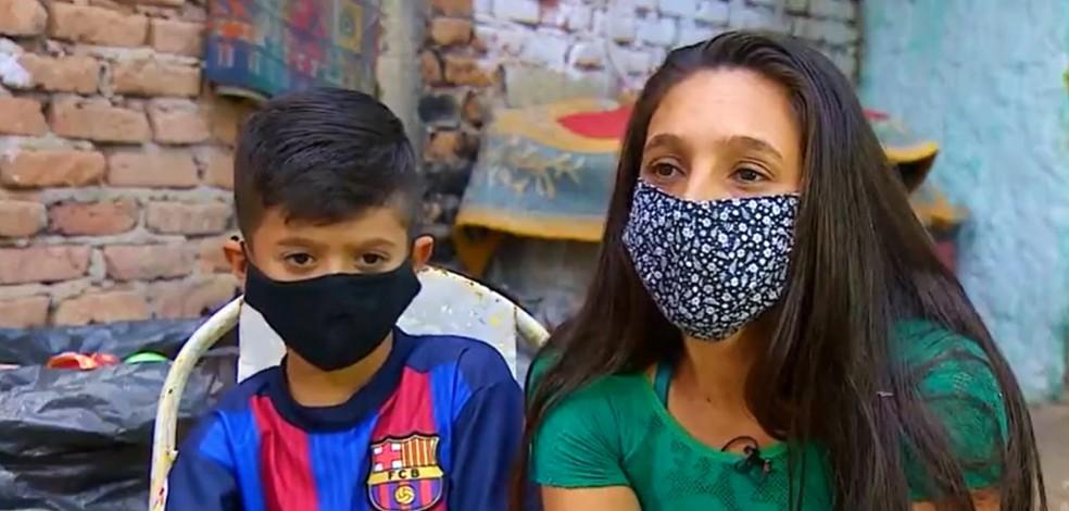 Hidêque Souza ao lado da mãe — Foto: André Bias/TV Vanguarda