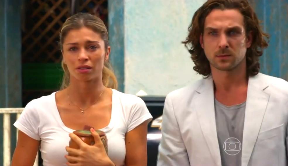Ester (Grazi Massafera) e Alberto (Igor Rickli) contam à família de Cassiano (Henri Castelli) que ele morreu, em 'Flor do Caribe' — Foto: Globo