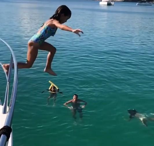 Helena, filha de Vera Viel e Rodrigo Faro, pula do barco para o mar (Foto: Reprodução)