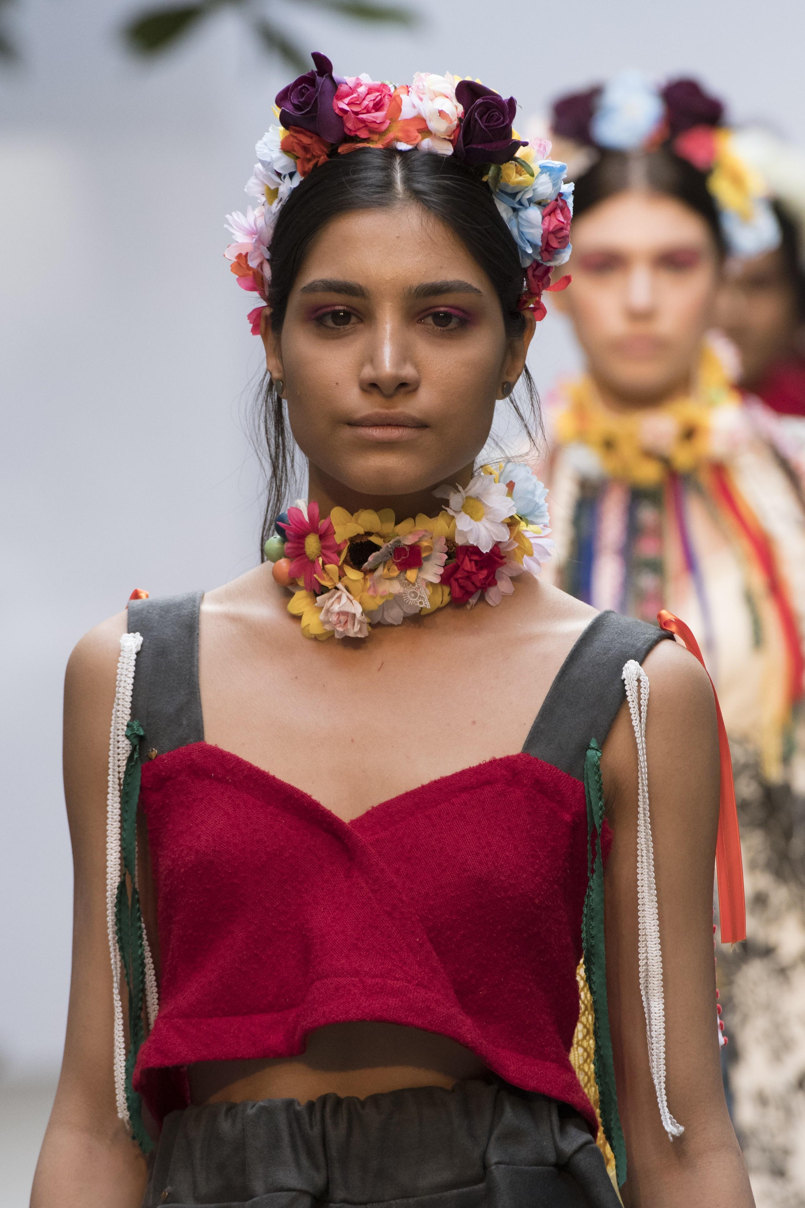 As flores do desfile de Nikike Designs na semana de moda de Londres (Foto: Imaxtree)