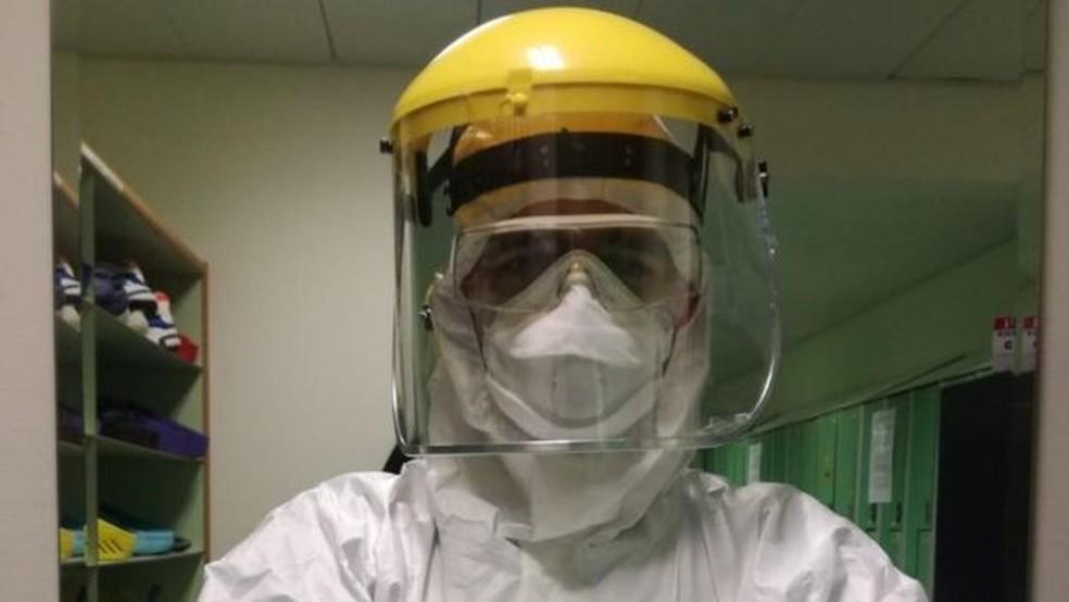 Messina e colegas têm que trabalhar com traje especial — Foto: Antonio Messina/Arquivo Pessoal/BBC