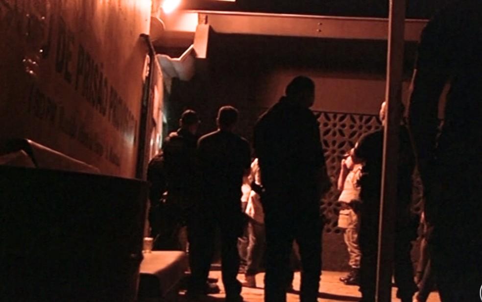 Policiais reforçam segurança no presídio, em Luziânia (Foto: Reprodução/TV Anhanguera)