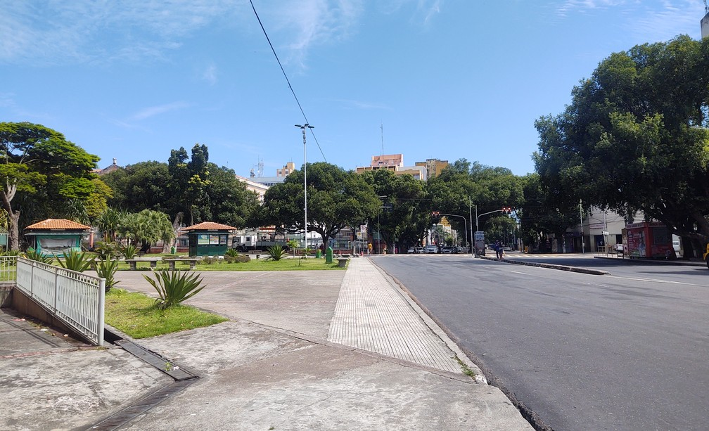 MANAUS - Área central de Manaus, no entro proximo à Praça da Polícia, sem fluxo de pessoas e veículos na manhã desta quarta (25) — Foto: Eliana Nascimento/G1 AM