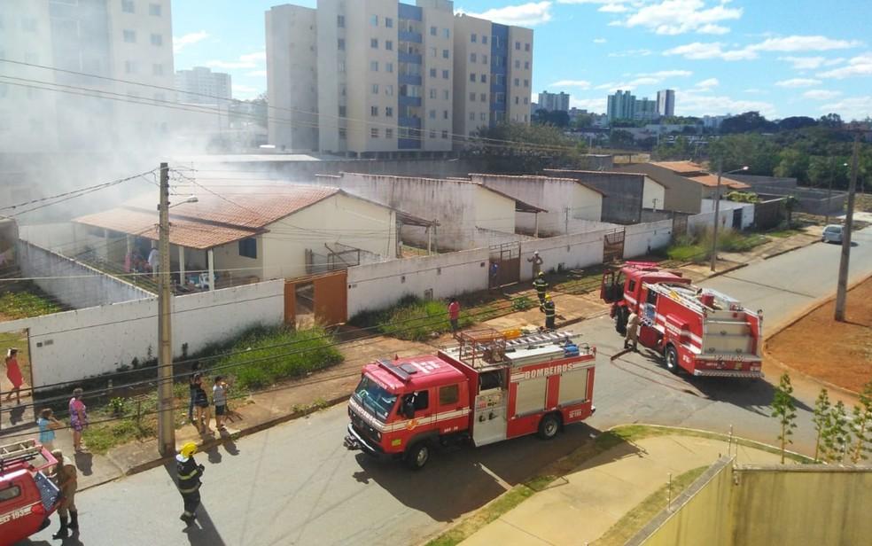Dois corpos são encontrados após incêndio dentro de casa, em Aparecida de Goiânia (Foto: TV Anhanguera/Reprodução)