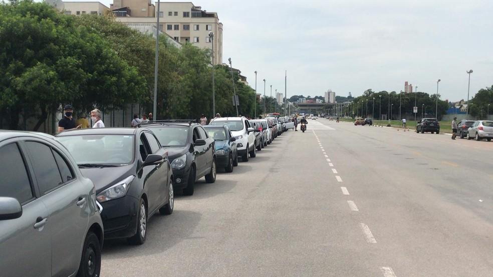 Carros se reuniram na Avenida Cívica, em Mogi das Cruzes, antes de iniciar o ato — Foto: Natan Lira/G1