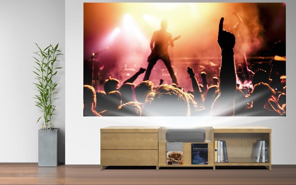 Epson Home Cinema LS100 projeta imagem de até 120 polegadas (Foto: Divulgação/Epson)