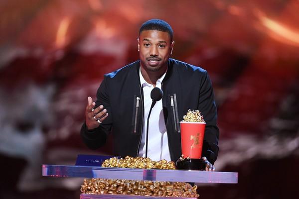O ator Michael B. Jordan em seu discurso de agradecimento pela vitória na categoria de Melhor Vilão no MTV Movie Awards 2018 (Foto: Getty Images)