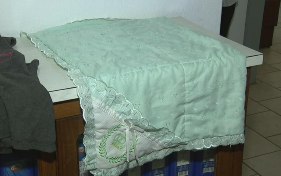 Cobertor que estava com a criança abandonada (Foto: Reprodução/TV TEM)