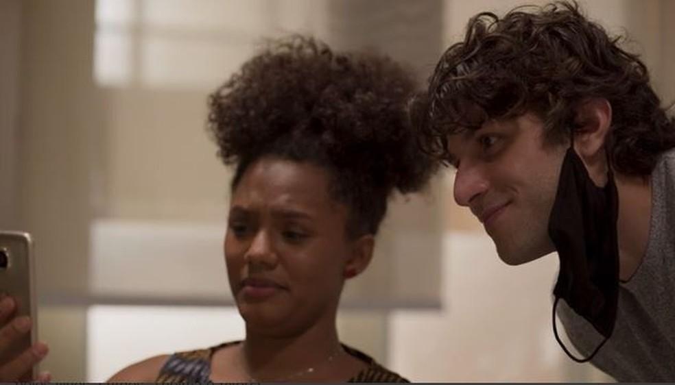 Camila (Jéssica Ellen) estranha reação de Lurdes (Regina Casé) em 'Amor de Mãe' — Foto: Globo
