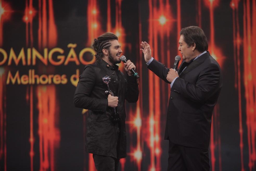Luan Santana com Faustão no Melhores do Ano 2016 (Foto: Globo/Raquel Cunha)