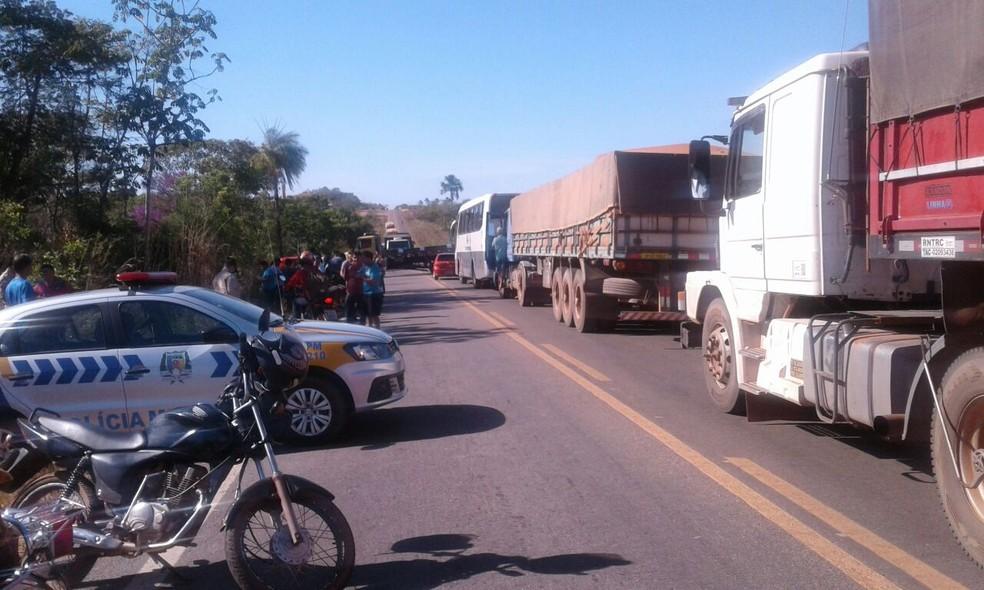 Moradores bloqueiam TO-080 para protestar contra a falta de água (Foto: Kelita Bezerra/Divulgação)