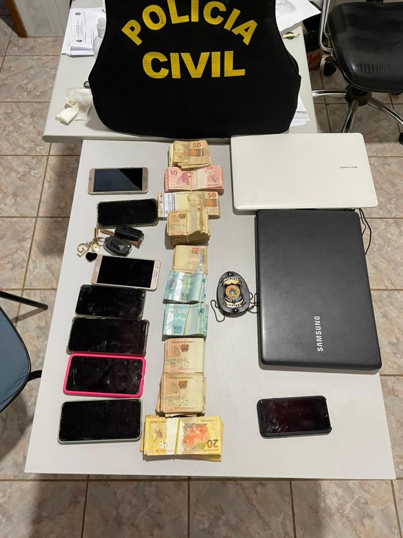 Policiais apreenderam R$ 50 mil, além de celulares e notebooks — Foto: Assessoria