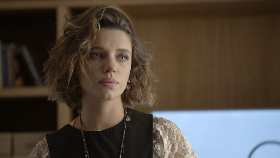 Na edição especial de 'A Força do Querer', Cibele (Bruna Linzmeyer) leva fora de Biga (Mariana Xavier) — Foto: TV Globo