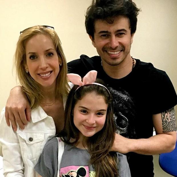 Kiara Sasso e Lázaro Menezes posam com Sophia Valverde, estrela de 'As Aventuras de Poliana' (Foto: Divulgação)