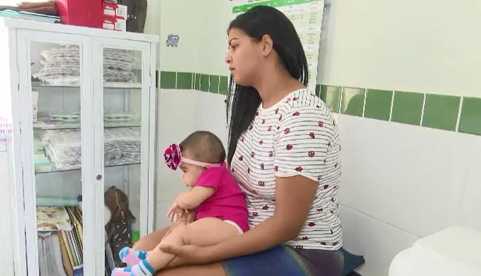 Mara diz que filha está com vacina atrasada devido a falta em postos de saúde (Foto: Reprodução/Rede Amazônica Acre)