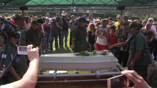 Corpo do cantor Roberto Leal é enterrado em São Paulo