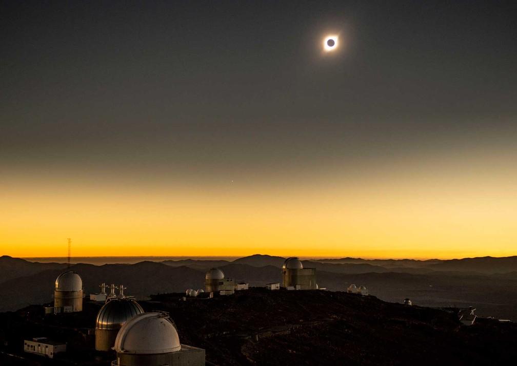 Vista do eclipse a partir do Observatório de La Silla, em La Higuera, na região de Coquimbo, no Chile. — Foto: Martin Bernetti/AFP