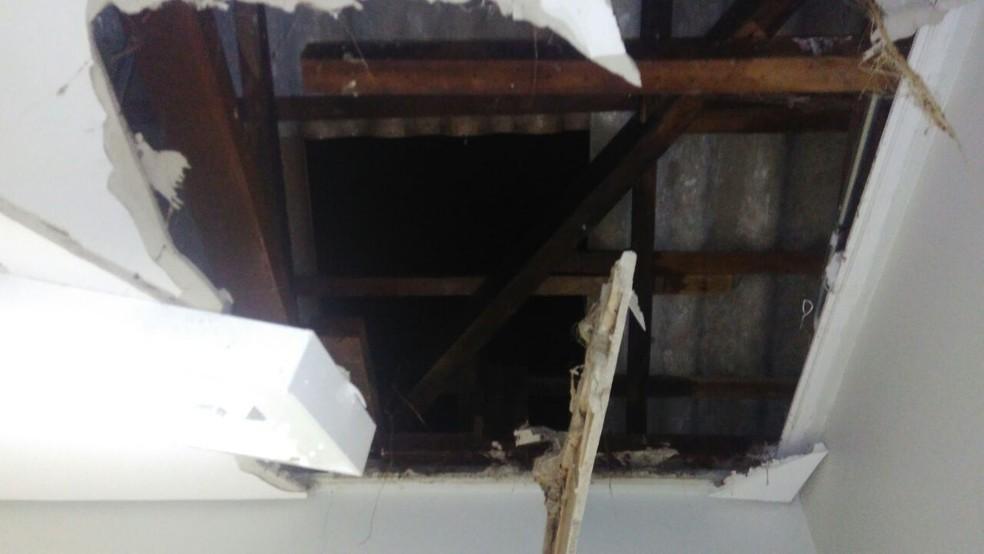 Ladrões invadiram banco pelo teto, arrombaram cofre e fugiram com dinheiro e armas em Denise (Foto: Polícia Militar de Denise (MT))