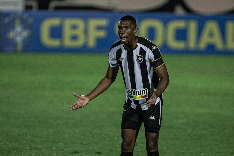 Remanescente de 2016, Kanu é titular e um dos líderes do Botafogo — Foto: Heber Gomes/AGIF