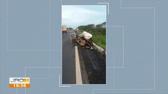 Colisão entre carro e carreta deixa duas pessoas mortas na Zona Rural de Vilhena, RO