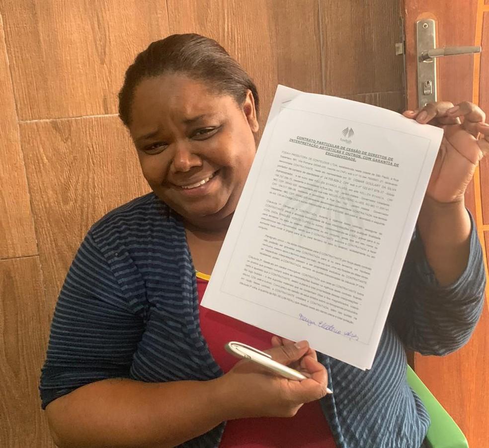 A mãe Neusa emociona-se com a contratação da filha por uma gravadora gospel — Foto: Ruy Teodoro/Arquivo Pessoal