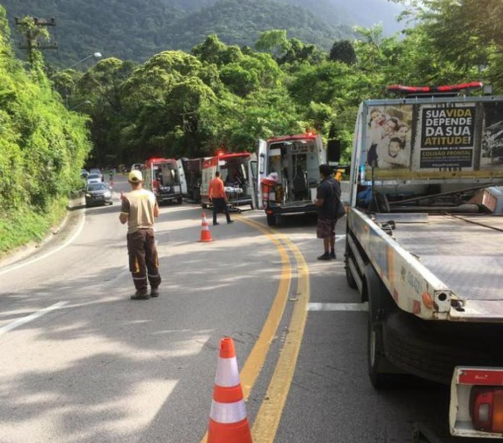 Trânsito opera em sistema 'pare e siga' no local do acidente — Foto: Bombeiros/Divulgação