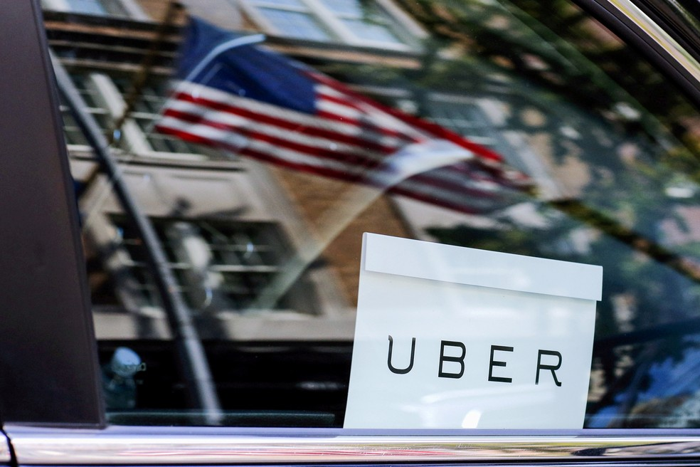 -  Logotipo da Uber em um carro de Nova York, nos EUA.  Foto: Eduardo Munoz/Reuters