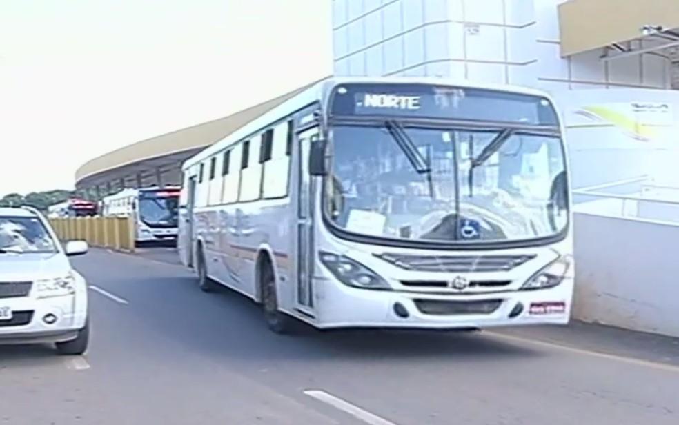 Empresa reduz número de ônibus no transporte coletivos de Catalão (Foto: Reprodução/TV Anhanguera)