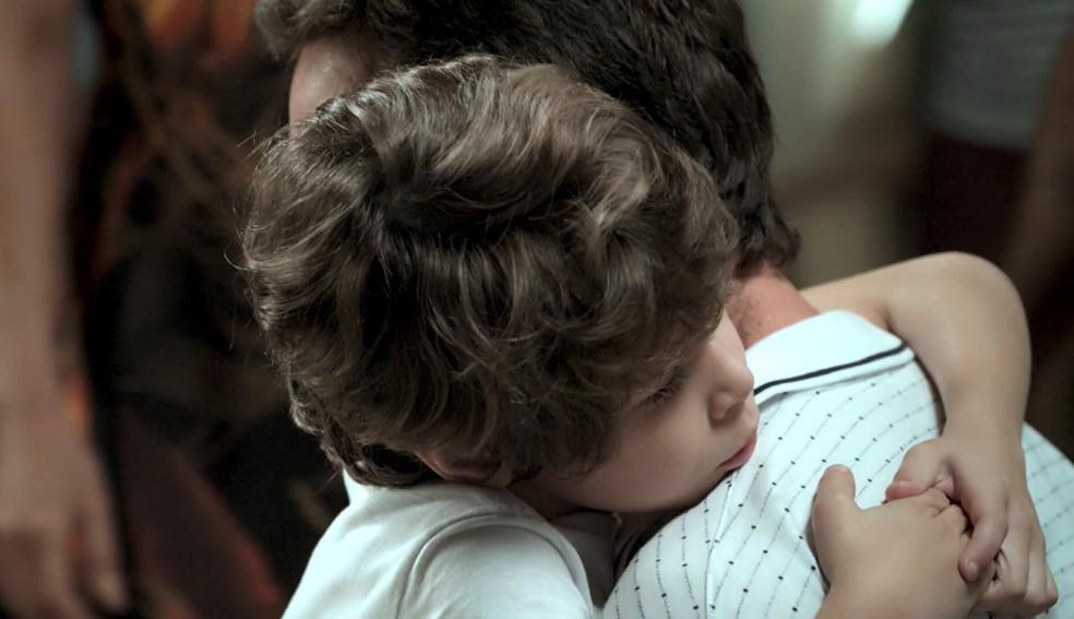 Em 'A Força do Querer', Dedé (João Bravo) fica triste com a prisão de Rubinho (Emilio Dantas)  — Foto: Globo