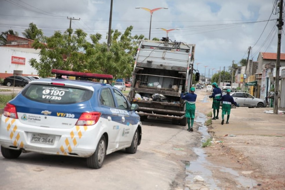Veículos de coleta de lixo são escoltados em áreas onde ataques são mais frequentes em Fortaleza — Foto: José Leomar/SVM