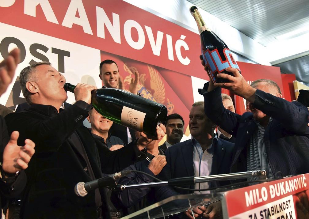 -  Milo Djukanovic bebe espumante ao comemorar vitória nas eleições presidenciais deste domingo  15  em Montenegro  Foto: Risto Bozovic/AP Photo