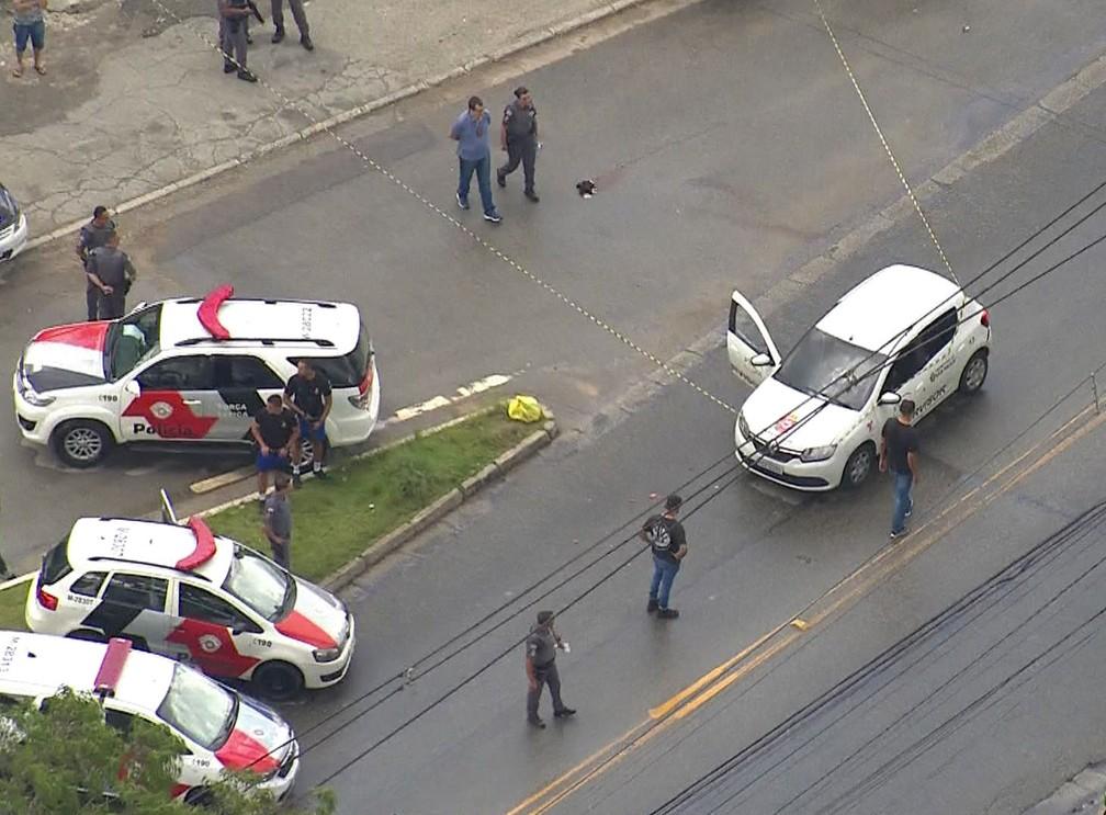 Uma pessoa morre e duas ficam feridas após serem baleadas em carro com logo da Prefeitura de SP — Foto: Reprodução TV Globo