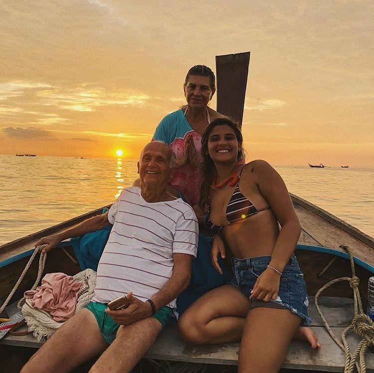 Giulia Costa com os avós maternos: Dona Raquel e Seu Hélio (Foto: Reprodução/Instagram)