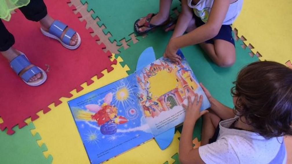 Projetos ajudam a fomentar o debate sobre como universalizar cuidados na primeira infância — Foto: Arquivo pessoal / BBC
