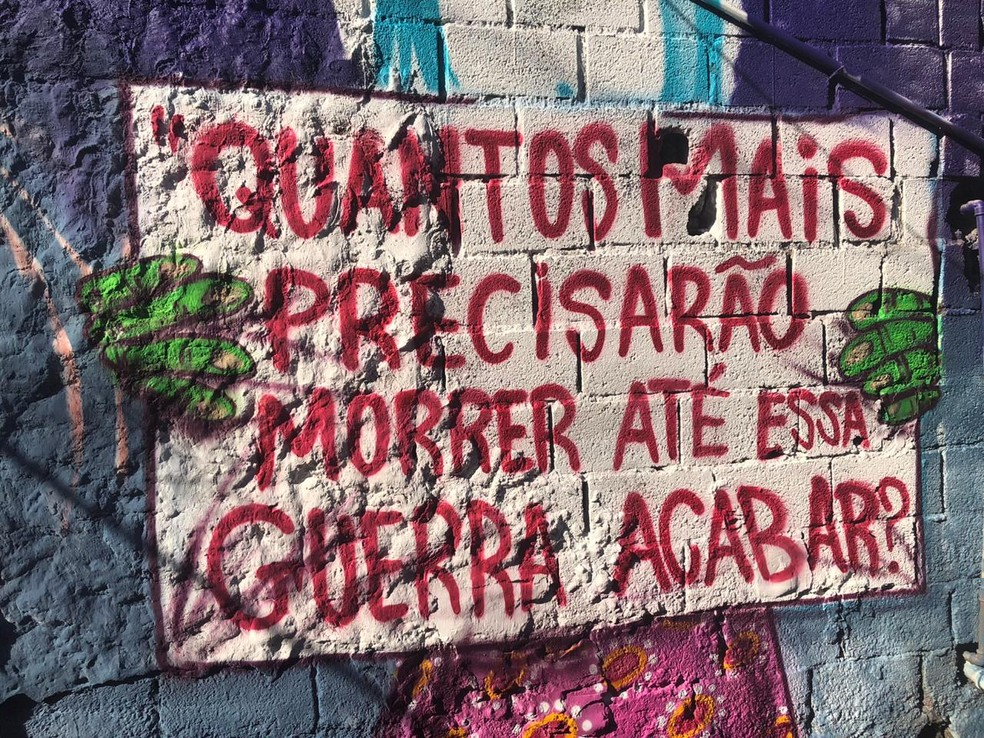 Grafite feito na viela onde 9 morreram — Foto: Bruna Vieira/TV Globo