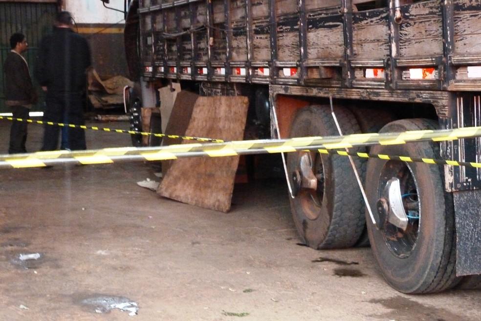Mecânico morre ao enroscar casaco em eixo de caminhão boiadeiro, em Ivinhema. — Foto: Site Ivinotícias