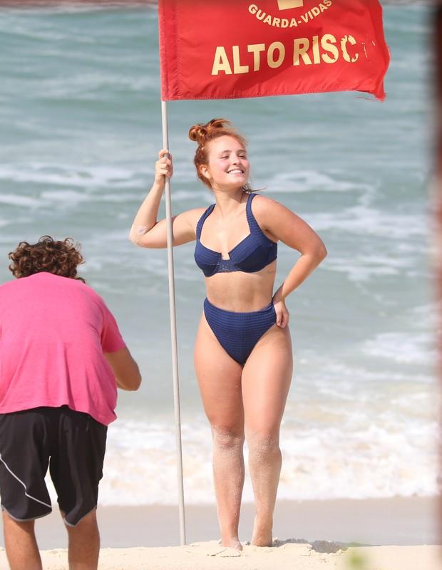Larissa Manoela faz ensaio na praia da Barra da Tijuca (Foto: AgNews)