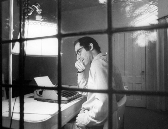 Philip Roth em Saratoga Springs, Nova York, em 1968. No ano seguinte lançaria O complexo de Portnoy, romance que conquistou a crítica e lhe deu renome mundial (Foto: BOB PETERSON/THE LIFE IMAGES COLLECTION/GETTY IMAGES)