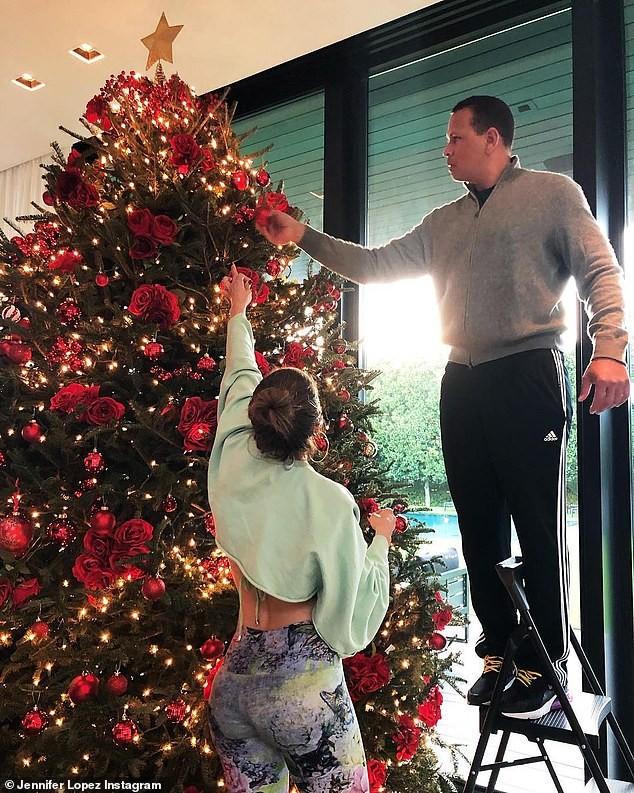 A árvore de Natal de Jennifer Lopez tem rosas vermelhas  (Foto: Reprodução )