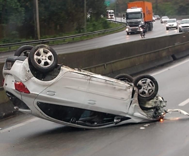 Motorista sai ileso após capotar o carro na Cônego Domênico Rangoni - Notícias - Plantão Diário