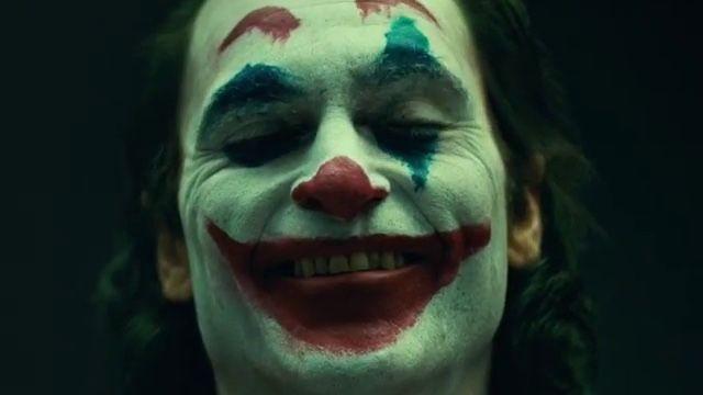 Joaquin Phoenix paramentado como o vilão Coringa (Foto: reprodução)