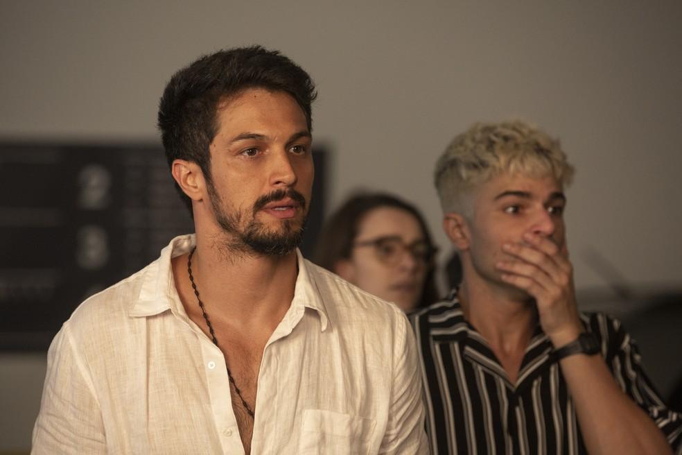 Marcos (Romulo Estrela) tenta convencer Silvana Nolasco (Ingrid Guimarães) a não colocar foto nos livros — Foto: Isabella Pinheiro/Gshow