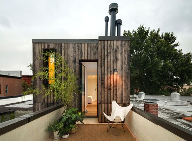Um terraço aumenta o espaço a céu aberto da casa (Foto: Indecora/ Reprodução)